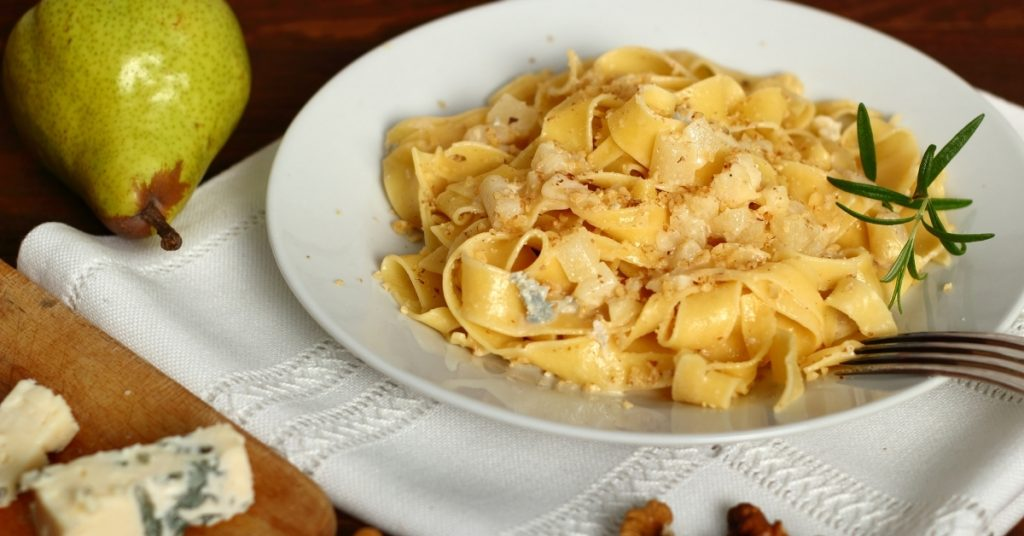 Pasta with gorgonzola cheese and walnuts